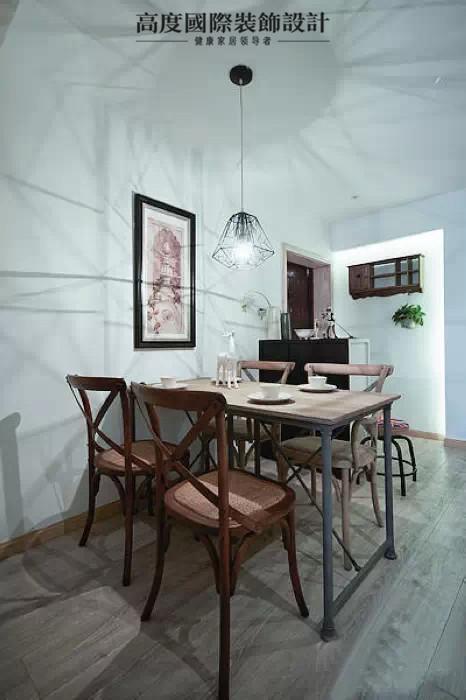 跟客厅相比,餐厅的地方就是简洁型的。