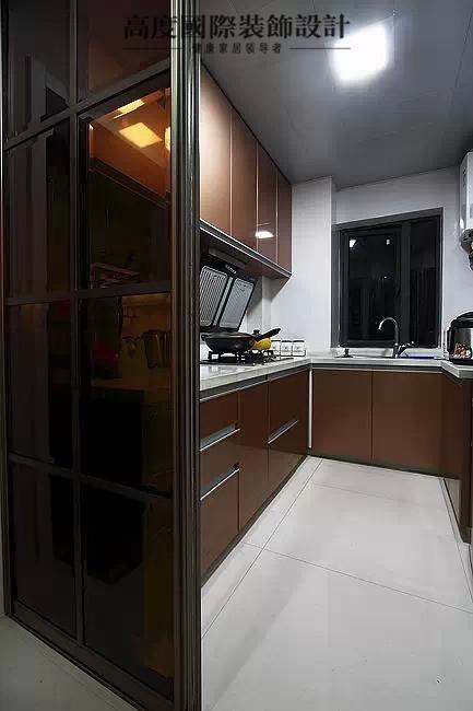 厨房是烤漆面板的橱柜和石英石台面