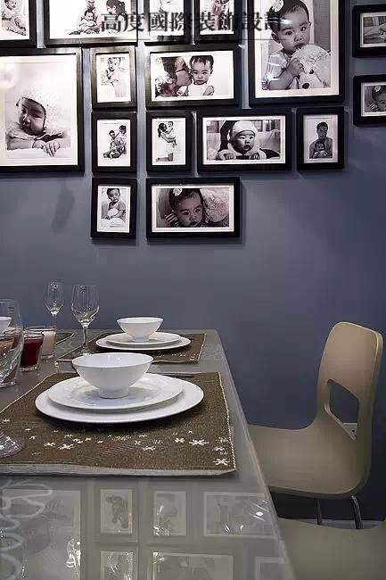 餐厅背景是藏青色的乳胶漆,配上一组暖暖的照片墙