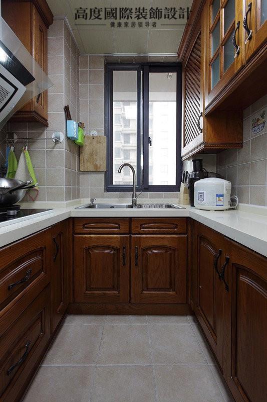 厨房翻新的时候,使用整体橱柜,但是用的是中式复古风格,深棕色的柜门配合白色大理石的台面,收纳性和美观性兼具。