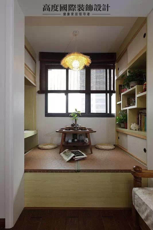 榻榻米,变化最大的要算阳台了,从窗子可以看到原先阳台的影子,就是几十年前那种老房子的布局,这次将阳台与客厅之间的隔断墙刷白,改造成茶室与书房的结合体。