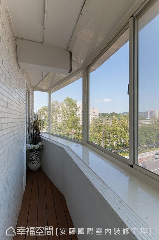 以最小格局变动的前提下,设计师吴宗宪将原本与室内毫无互动关系的ㄇ字型阳台循序串联,打造出了阳光屋般的运动段落。