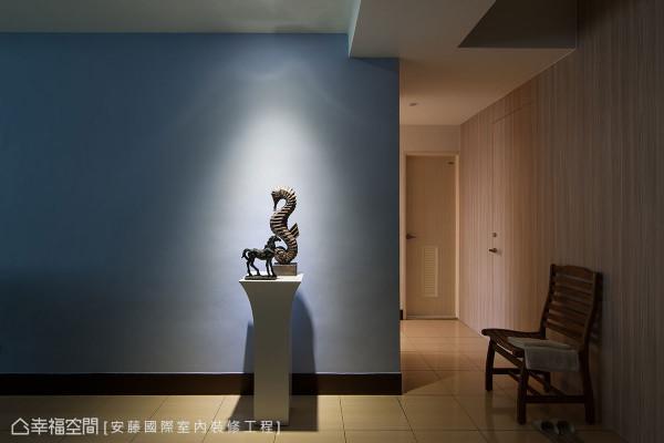 原有动线中开门即见餐桌的不妥,藉由主题墙面的延续变化,佐入灯光投影出抚慰人心的端景画面。