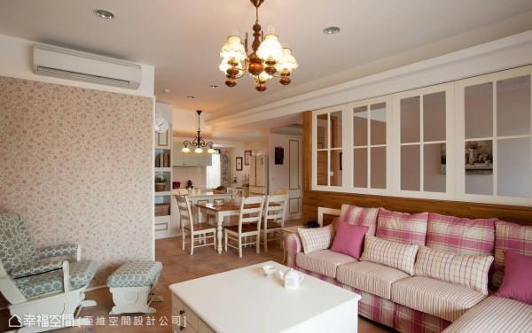 以开放式格局规划串连客、餐厅及书房的动线,沙发后方以白色格子窗取代实墙隔间,让窗外引进的阳光得以自由穿梭空间角落。