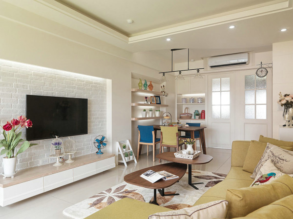 苹果绿的布艺沙发在家具配置上,白亮光系列家具,独特的光泽使家具倍感时尚,具有舒适与美观并存的享受。