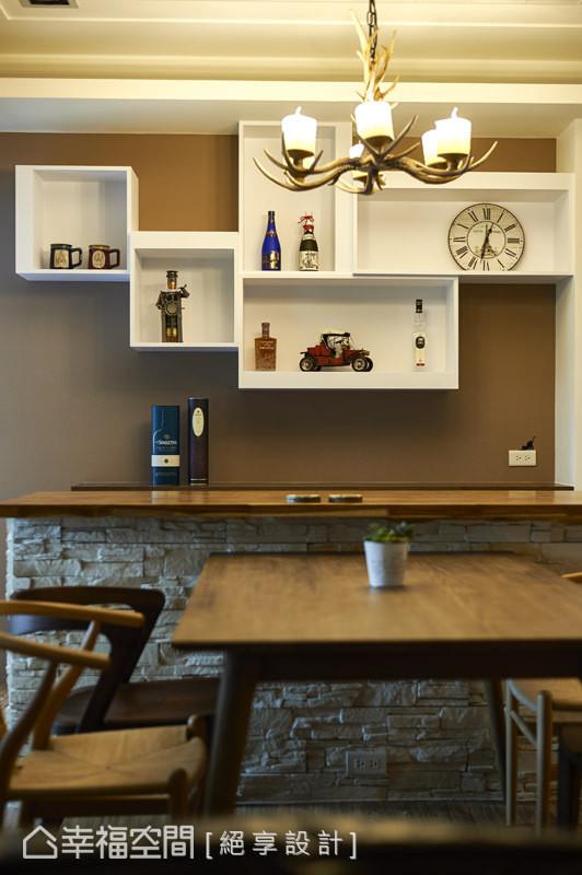 悬空规划的造型展示柜,结合柜内屋主旅游各地的珍品收藏,成就有温度的立面端景。