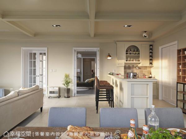 除了热炒区之外,客厅、餐厅以及轻食吧台,呈现非常融洽的串联关系,也让酷嗜烹煮咖啡的主人,可以轻松接待每位客人。