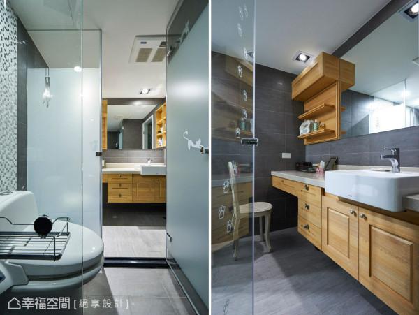 设计师将梳妆与洗脸盆机能整合在外,规整出清爽干净的卫浴空间。