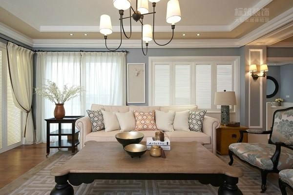 仿古的茶几、雕刻精美的电视柜、枫木包边的椅子,在保留了古典家具的色泽和质感的同时,又注意适应现代生活空间。