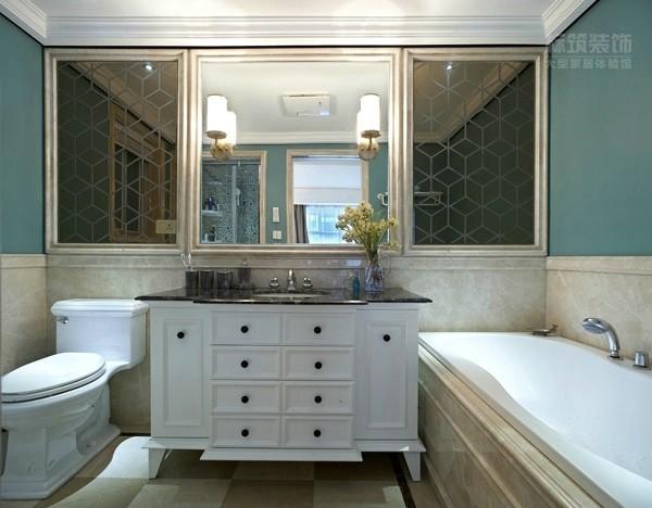 整体对称,白色马桶、洗面柜、浴缸和谐统一,两侧镜面菱形纹路,不仅时尚独特,还增大了空间的多重效果。无论在空间布局、色彩运用上,还是在材质选择上,处处尊崇简而不凡的原则。