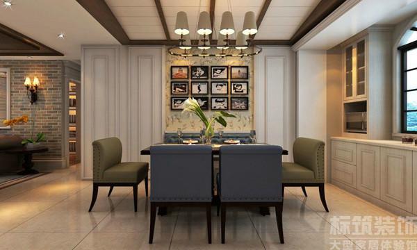 一般来说和谐了容易显得平淡,而精彩了又容易色彩太亮或太重,产生视觉疲劳。餐厅选用造型简单的褐色实木长桌,两色椅子相互对应,大胆的用色,既是朴实的又是让人印象深刻的。
