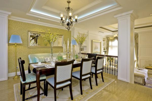 餐厅装修:黄色的壁纸,营造出空间的温暖感,简单的桌椅让用餐环境温馨明亮。