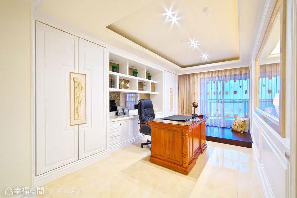 书房与客厅间以局部透空墙面增添场域互动,设计师另在窗边架高地板规划休憩卧榻。