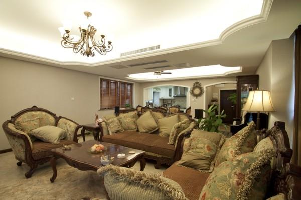 客厅打破原本传统的设计思考,电视背景墙简单的线、面的分割组合形成一种简单却不失雅致的格调。
