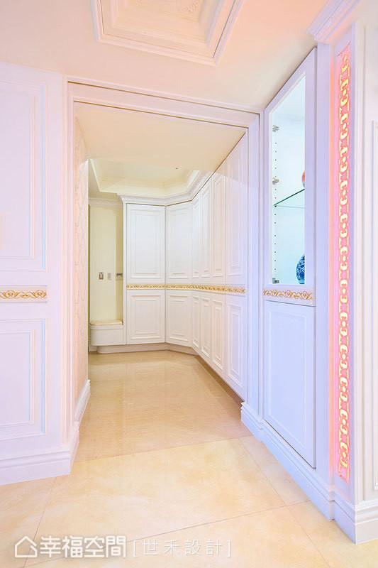 沿墙安排的收纳柜体特以折切线条增加变化性,更在腰花线板的缀饰中,蜿蜒出流畅的引道意象。