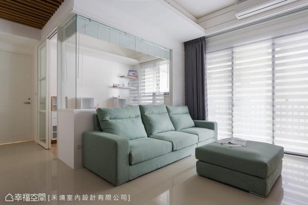 在湖水蓝的沙发后方,设计师以清玻璃及短墙,来区隔后方的书房空间,让视觉景深延伸。