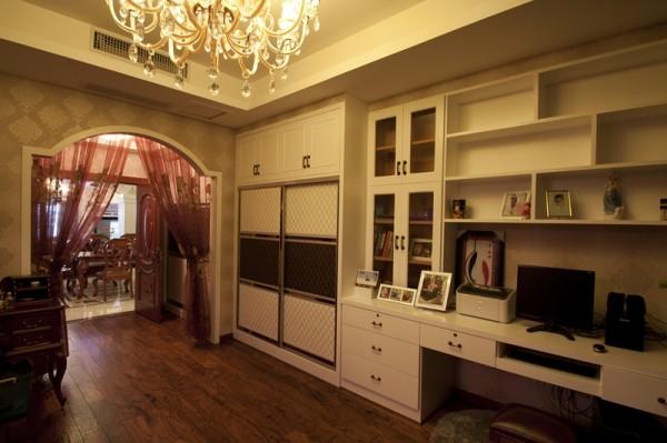 书桌,书柜结合衣柜的整体设计,使用起来更加方便,也节约了空间图片