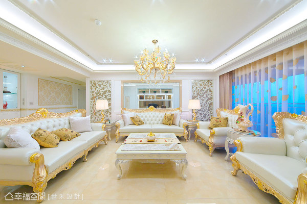 金箔贴饰的牛皮古典沙发,在两侧雕花线板与奥地利水晶灯烘托下,呈现磅礡华美的大度气势。