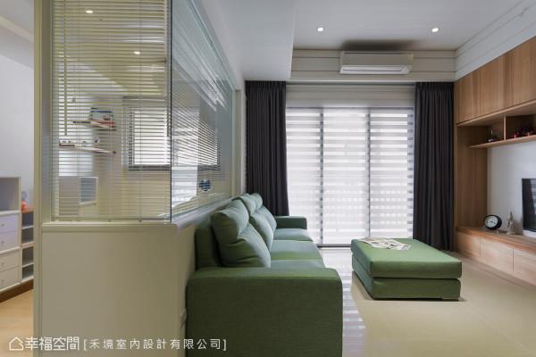 书房的L形隔间,以清透的玻璃与客厅及廊道相通,让公共空间的尺度放大,也紧密连系家人的情感。
