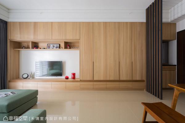 电视主墙使用钢刷榆木作为柜面表现,以自然朴质的语汇,堆砌起一家的温暖。