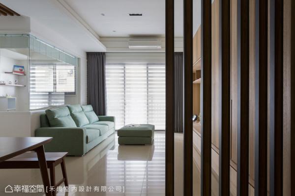 屏风格栅线条与窗边调光卷帘线条呼应,演绎水平与垂直的线条美感。
