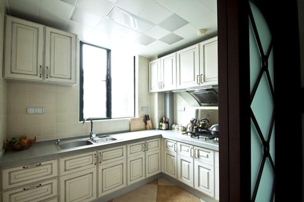 大面梭门隔绝了厨房的油烟