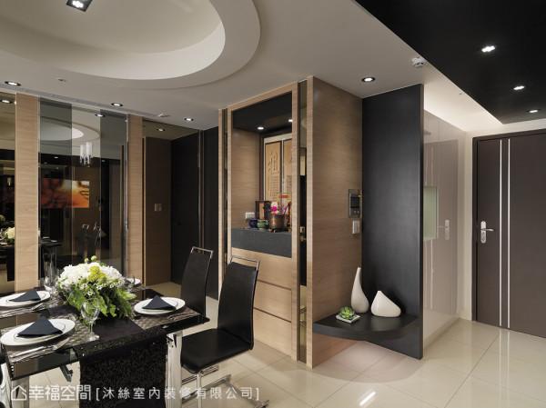 藉由温润手感的木作材质搭配简洁利落的线条及茶镜,让佛龛完美融入现代感的居家设计中而不显突兀。