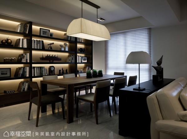 米色皮革为基底,深色层板与灯光的设置将屋主的书籍与收藏,托衬出了人文精品的细腻质地。