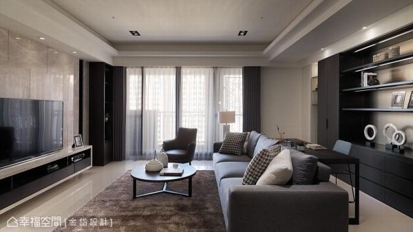 方正大器的客厅空间,利用沙发与电视距离足够的纵深,于沙发后方规划入简单的阅读机能。