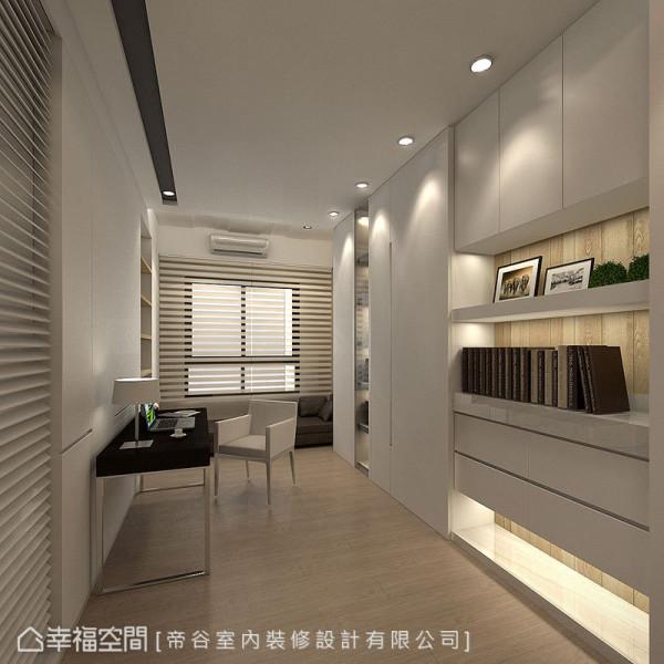 大面柜体透过门片与层板的尺寸变化,去化庞大量体感,并将电线插座隐藏在墙面毛刷条饰面里,营造简洁有致的书房表情。 (此为3D合成示意图)