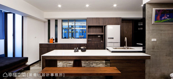 大型长桌链结上盥洗台面,以水平错层叙写桌台与后方柜体线条互动,简约却又不失完备。
