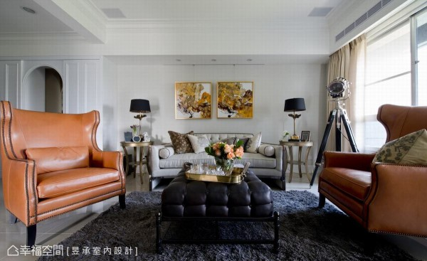 简洁利落的空间线条及银灰墙色,搭配风格浓烈的沙发和单椅,简化的古典线条以及带有美式风格的家具,交织出美式都会的利落个性。