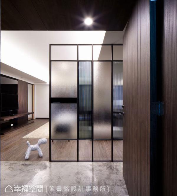 长虹、银霞玻璃在铁件架构中,穿插入灰与黑色的低敛清透,缓冲着外在喧嚣与内在沉静。