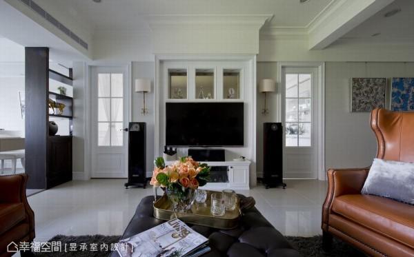 将主卧和厨房的门片纳入主墙设计,相同的木格门造型构成对称的视觉感受,电视墙上方并以线板修饰,装衬着茶镜的展示孔设计,增添华丽感及古典风味。