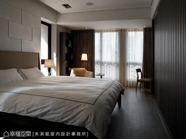 迎合空间优质的采光条件,卧房带入深色木质的宁静氛围,以及线性切裁的人文设计语汇。