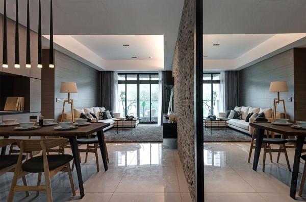 安排于玄关墙面处的大面穿衣镜,镜射放大双倍空间感。