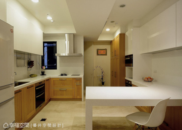 设计者重新解构,将原先的卧房打掉,让餐厅与厨房的空间更开阔,并以中岛吧台形式,设计出兼具美感与机能性的餐叙空间。