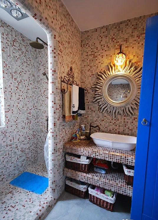 卫生间的地面和墙面铺满了白色、深褐和浅蓝的马赛克,仿佛一座晶莹的水晶宫。干区和湿区用一面地中海的经典墙面做了隔断,简单划分了功能区。