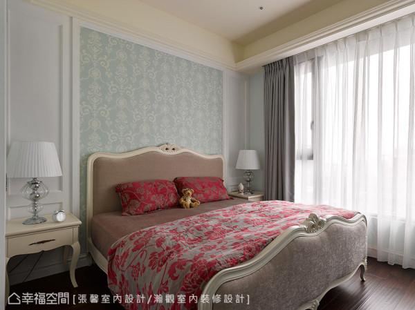 湖水绿的壁纸,和白色古典壁板非常相衬,让轻华丽氛围自然涌现。