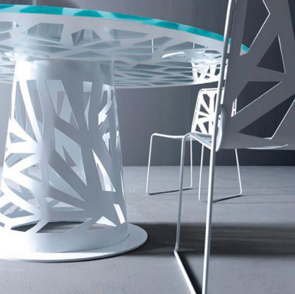 这一系列包括了厨房餐桌椅、茶几以及书架,通过对金属板材,木材和玻璃的切割,完成整个外观。家具的变化取决于你放置在室内的位置,在一天的时间内,它会因为你的观看角度和光线的变化而引起不同的视觉感受。