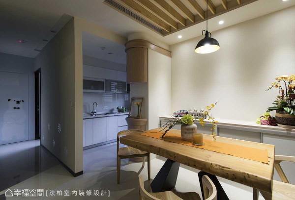 建商原设定于厨房入门左侧的冰箱,法柏室内装修设计将其改放入餐、厨中介,美背式设计挡去看门见灶的风水问题,也让原本无法全面开启的厨具吊柜,获得高效能运用。