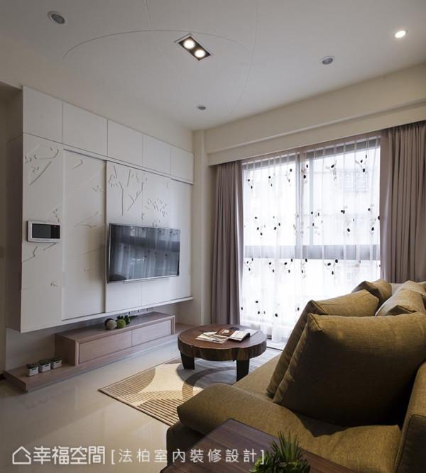 主墙后,满载的收纳容量,搭配上壁挂式五金配件,让电视位置可搭配慵懒的坐卧姿态,随心变化、微调。