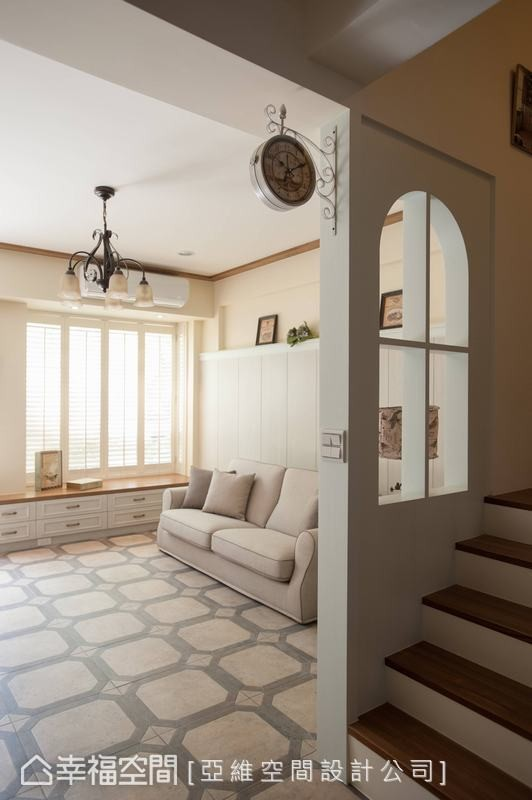 透过缩小梯间的方式,延伸出足够的空间大小,再利用通透的窗框隔间设计,营造宽敞的机能空间。