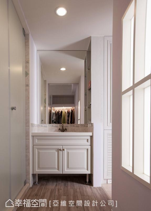 与卫浴空间独立出来,同样使用白色木柜,利用复古味的水龙头等铁制配件,捕捉乡村风格的重要细节。