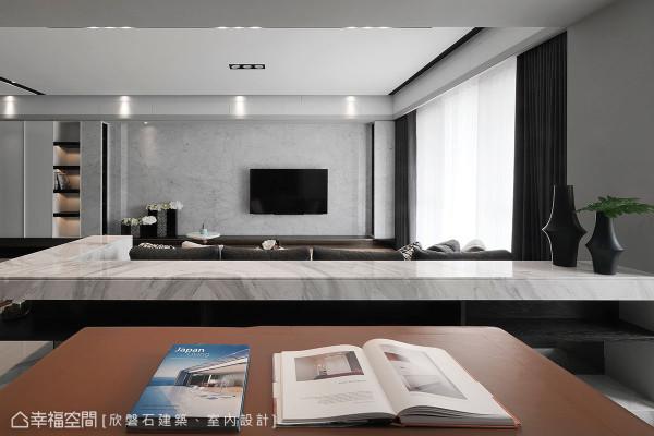 无断续的大理石电视墙设计,设计师巧将CD展示柜相对陈列,透过层迭切割的立面线条,隐约透出细致纹理。