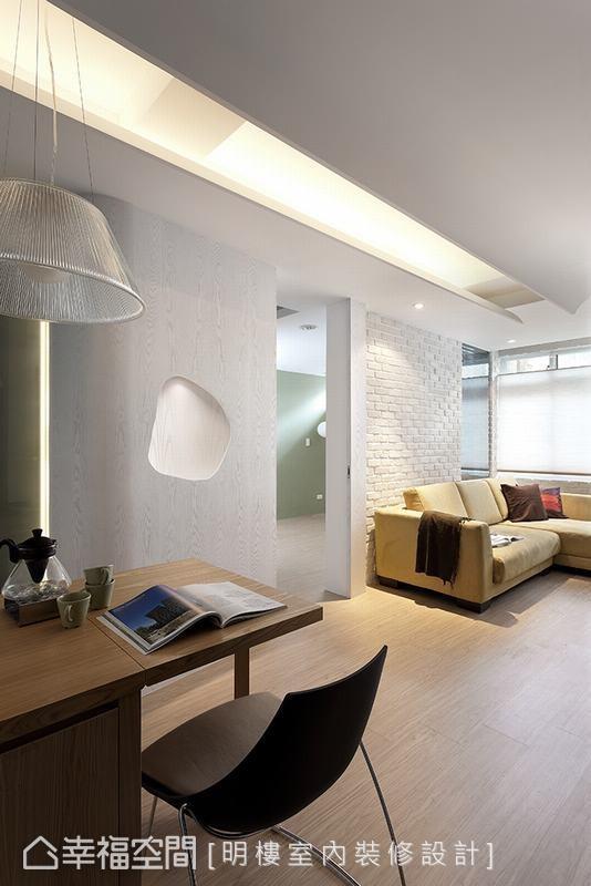 原本的主卧房门口在客厅的最里面,进出都一定要绕过客厅,新的房门口位于中央位置,让动线更为流畅。