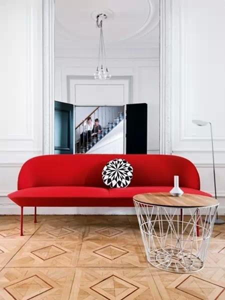 古典vs现代:中庭正对面的会客室,简约的红色沙发气场满满,配合一枚精致的黑白几何印花靠垫,夺人眼球。沙发背后高挑的墙壁上,巨大的落地镜为空间加入了一丝戏剧性,几何线条的茶几则显得极为利落。