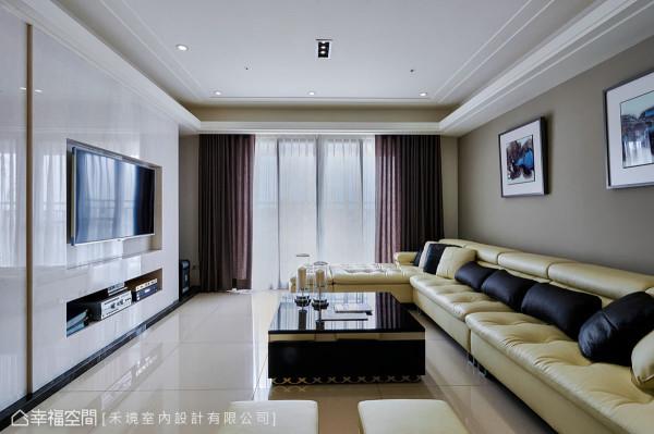 电视墙采用雪白玉大理石,并设计内嵌式的机柜及线条处哩,让整体感更利落干净。