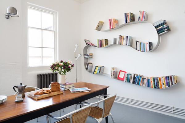 不同于常规的直线方格的书架设计,用一条简单诙谐的曲线造型,流露出几分诗意,就算空无一物,也是装饰墙面的动感造型艺术品。