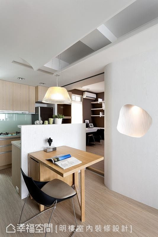 双向使用的厨房跳脱传统设计,让用餐更有气氛,平时也成为屋主工作和休憩的地方